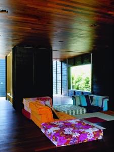 stanza con legno caldo