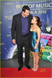 il gigante e la bambina, hayden panettiere. foto: thanks to Just Jared